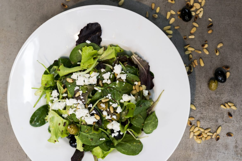 Salát s piniovými oříšky
