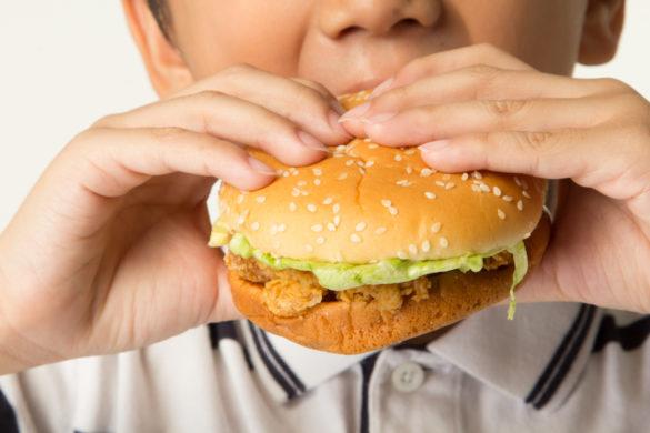 Dítě s hamburgerem